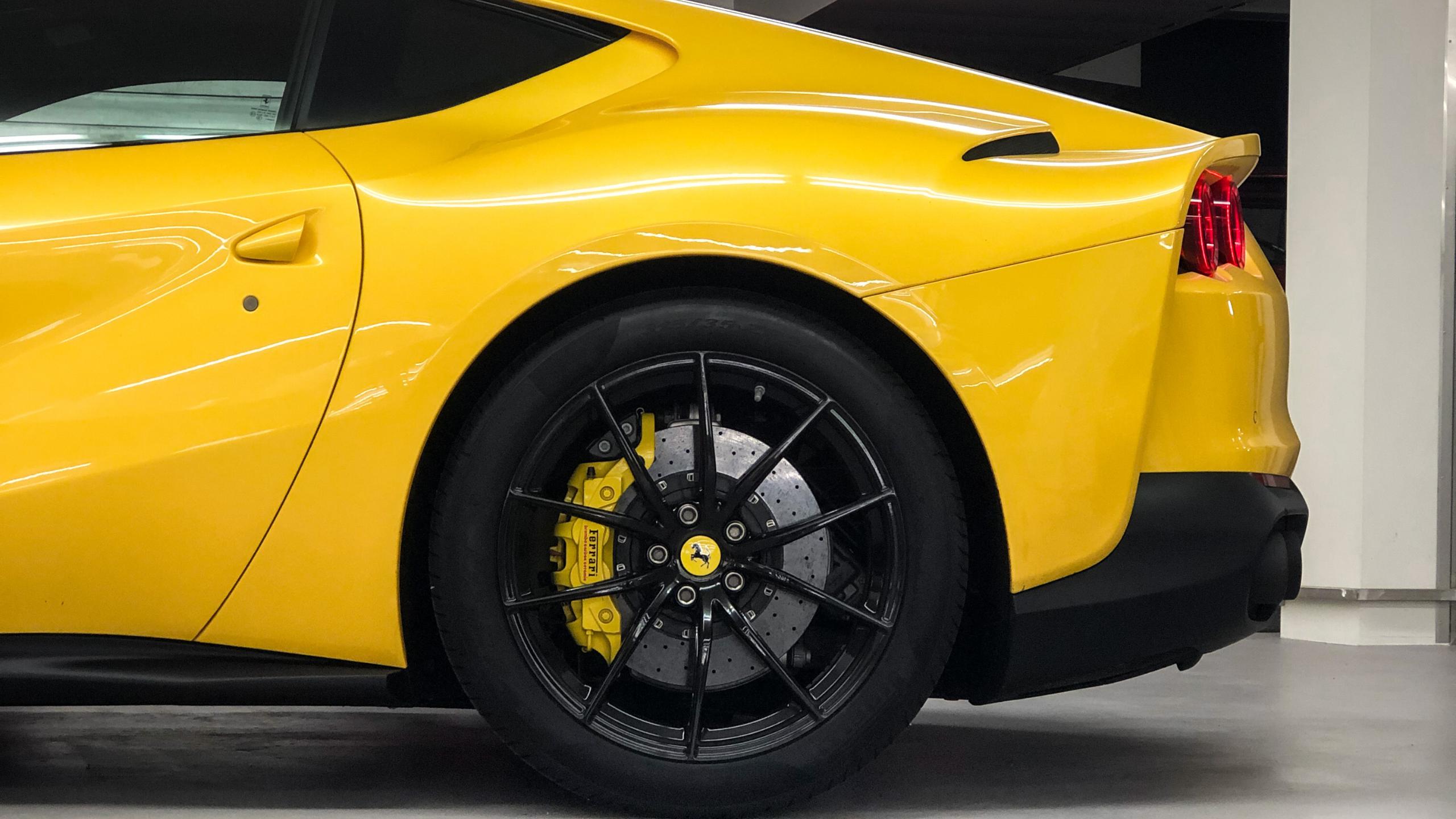 Ferrari 812 Superfast gelb Reifen Detailansicht