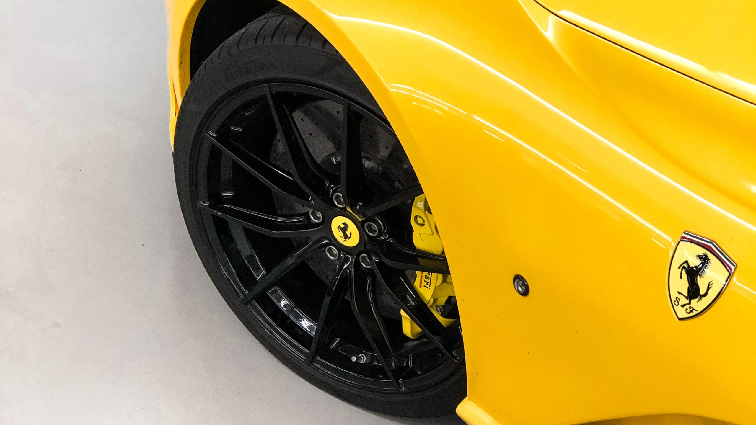 Ferrari 812 Superfast gelb Felge Detailansicht